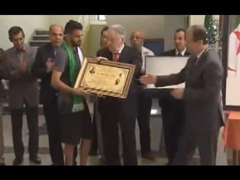 VIDÉO. Riyad Mahrez honoré par le président Bouteflika