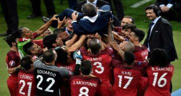 Le sélectionneur portugais Fernando Santos porté en triomphe par ses joueurs après la victoire en finale de l'Euro, le 10 juillet 2016 au Stade de France - AFP PHILIPPE LOPEZ